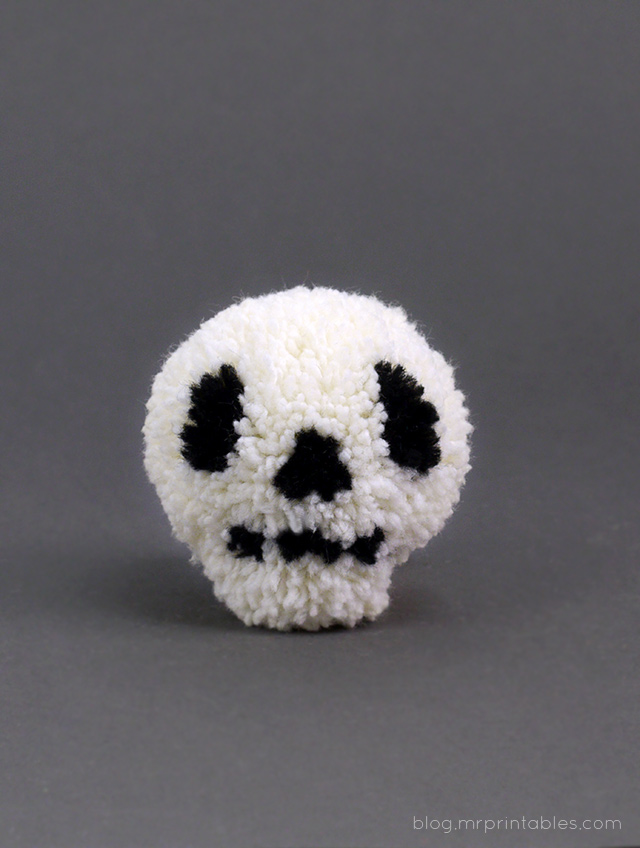 Halloween pompoms tutorial - skull pompom